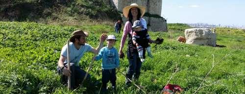משפחה מתנדבת במגדל צדק