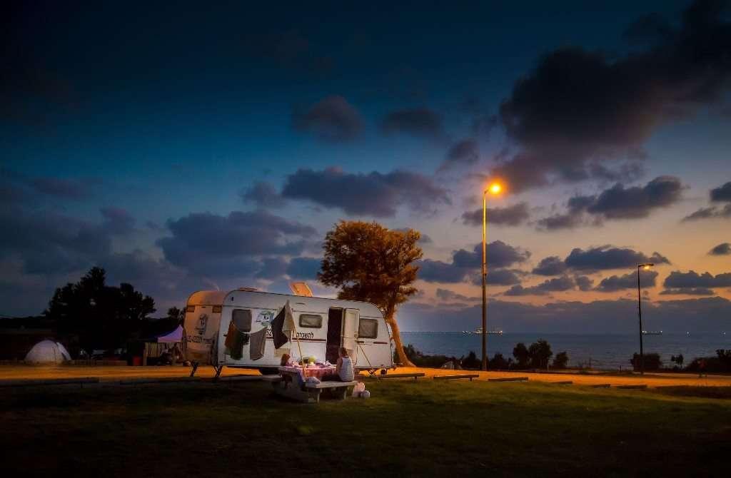 קרוואן בחניון לילה גן לאומי אשקלון