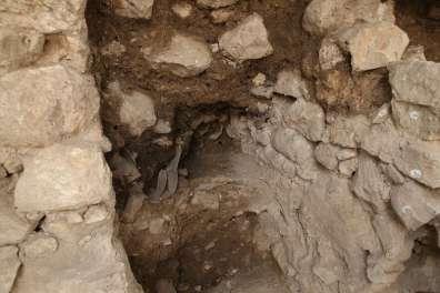 המבנה ובו קנקנים מרוסקים, עדות לחורבן - צילום: אליהו ינאי, באדיבות ארכיון עיר דוד