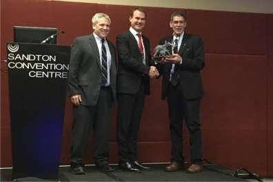 רוני מלכא (מימין) בעת קבלת פרס ההוקרה