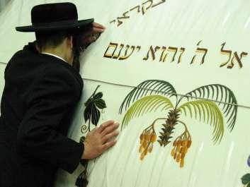 יהודי מתפלל על קבר שמואל הנביא