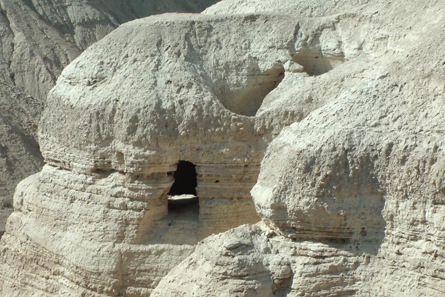 אחת המערות שנמצאו בהן מגילות קומראן, מבט מגן לאומי קומראן