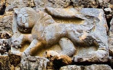 תבליט אריה - הסמל המלכותי של הסולטאן הממלוכי ביברס במבצר נמרוד - צילם דורון ניסים