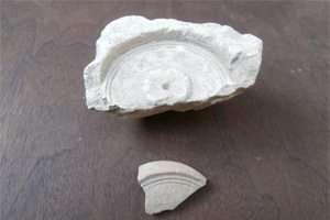 תבנית לנר ושבר נר מתבנית זהה שנמצאו בחפירות בשיחין ציפורי -  צילם דר' מרדכי אביעם