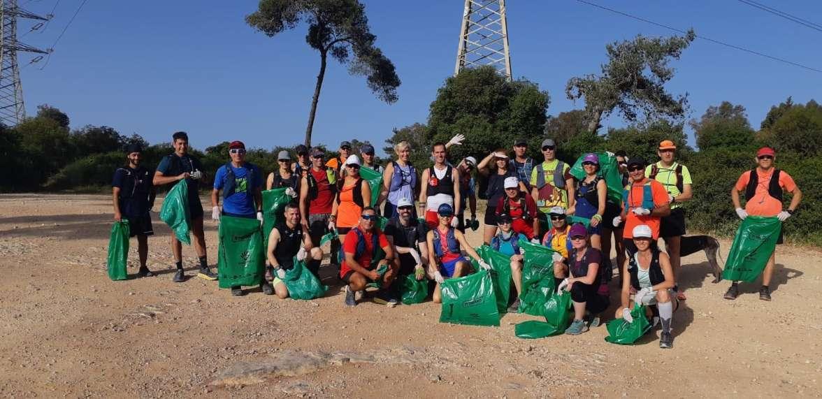 קבוצת ריצה בפעילות התנדבות ניקיון מסלולים בפארק הכרמל - צילם אורן חן