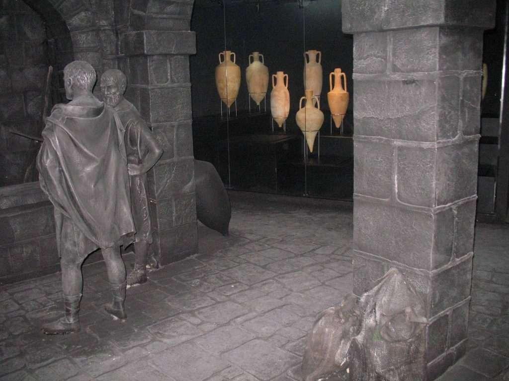 אמפורות מיובאות שהכילו יין להורדוס המלך על רקע שחזור נמל קיסריה צילם חנן שפיר