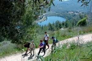 מטיילים בשביל החדש אשר בעמק מוצא, הרי יהודה - צילם יוסי זמיר