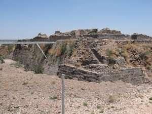 חפיר המקיף את המבצר