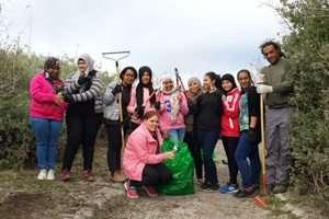 תלמידים בתכנית מקומי בטבע בג'סר א-זסרקא עושים תספורת נחוצה לשמורת טבע נחל תנינים