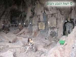 תצוגה של אורח חיוו של האדם הפרה-היסטורי במערת הגמל