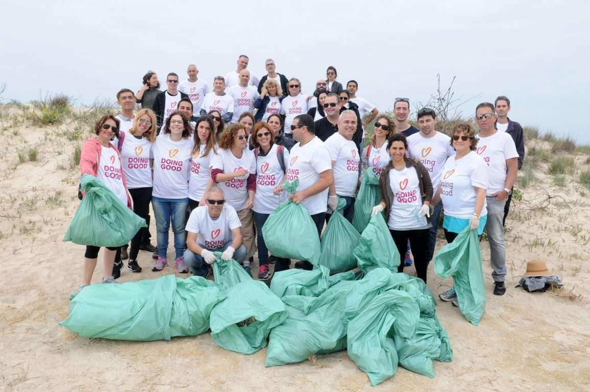 קבוצת מתנדבים בנקיון שמורת טבע חוף דור הבונים