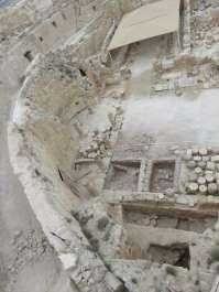 שרידי המבנה מהתקופה ההלניסטית שנמצא בריבועי החפירה תחת רצפת הגן של ארמון הורדוס. צילום: רועי פורת