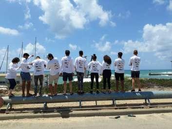 תלמידי מגמת חקלאות ימית עם חולצות סקר הדיג הספורטיבי.jpg