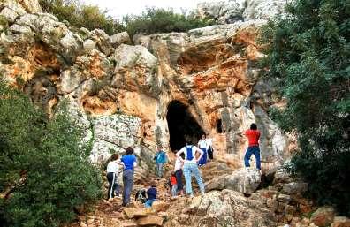 מטיילים ברכס אצבע ובמערת אצבע. צילום: יעקב שקולניק