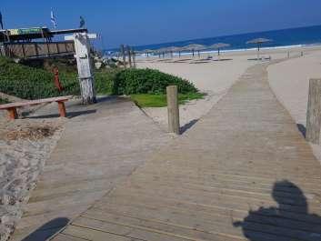 שביל עץ עד המים וסככות צל בחוף פלמחים