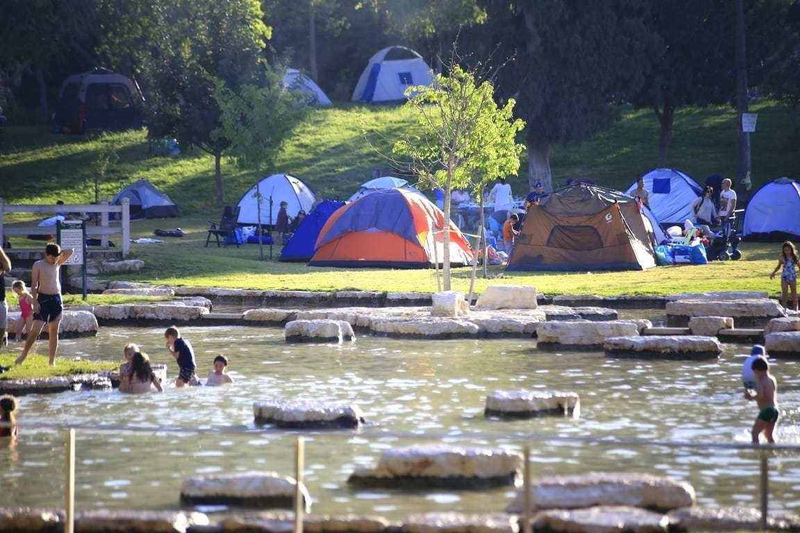 אוהלים וילדים משתכשכים בחניון לילה מעיין חרוד