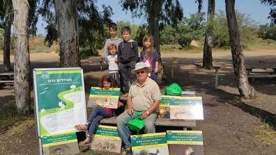 אלכס גולדפרב במהלך התנדבות עם ילדים. צילום: רשות הטבע והגנים