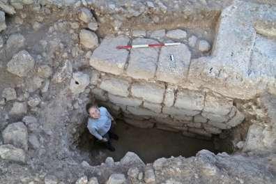 קיר בית הכנסת שנחשף בשיחין - ציפורי JPG