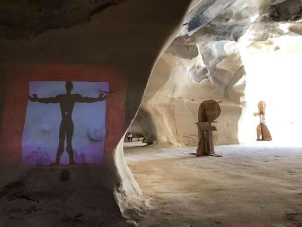 פיסול עץ במערה 2 צילום איוו ביזיגנאנו