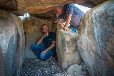 גונן שרון ואורי ברגר בתוך הדולמן בשמורת נחל יהודי