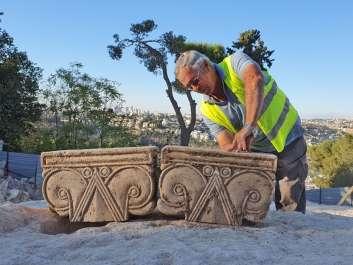 מנהל החפירה יעקב ביליג עם הכותרות. צילום יולי שוורץ, רשות העתיק
