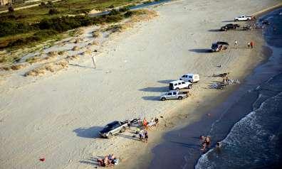 נסיעת ושהיית כלי רכב על חוף הים היא עבירה על חוק איסור נסיעת כלי רכב בחופים והנהגים צפויים לקנסות- צילום יגאל דקל