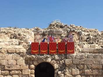 דמויות של רומאים הצופים בקרבות גלדיאטורים.צילום איל מטרני