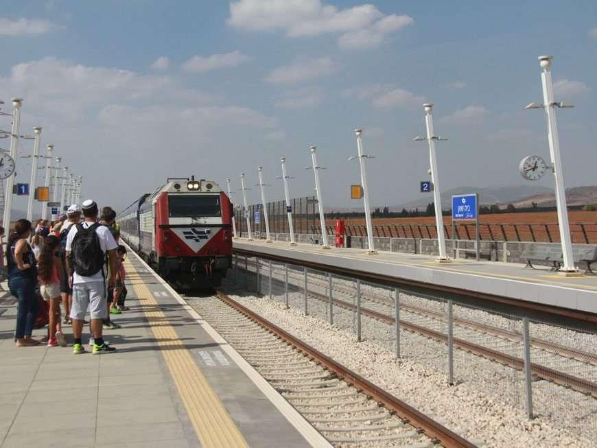 בתחנת בית שאן גדשו את הרציף מאות נוסעים נרגשים בציפייה לבוא הרכבת.  צילום: אורי גנוסר