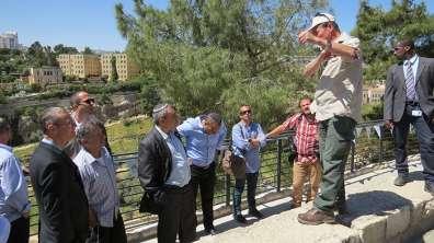 אביתר כהן, מנהל מרחב ירושלים ברשות הטבע והגנים מסביר להכירים בטקס פתיחת הטיילת החדשה