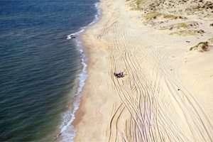 קוליסים בחוף הים - מה שרואים מכאן לא רואים משם - צילום יגאל דקל