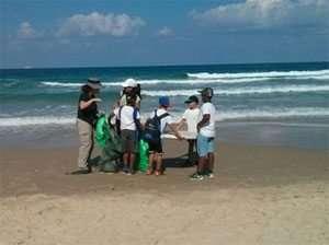 מנקים את חוף גדור - צילמה מיכל וימר לוריא