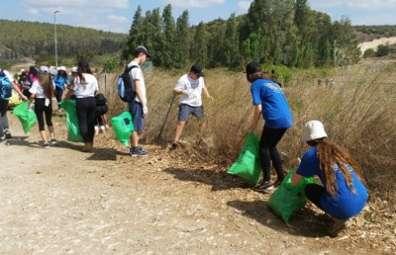 תלמידי בית ספר נשר מנקים את גן לאומי ציפורי