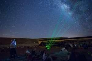 תצפית כוכבים בקרני לייזר במכתש רמון