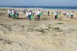 מבצע נקיון בחוף פלמחים - צילם אמיר חן