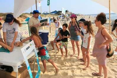 עמדת הסברה בחוף גדור - צילום ענר גרין