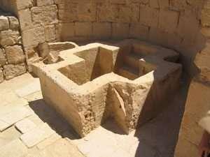 אגן טבילה בצורת צלב ליד הכנסייה הדרומית בשבטה