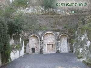 חזית המערה החצובה בסלע קירטון