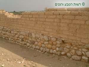 קיר חלוקי נחל ולבני בוץ