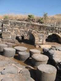 נביעת מים חמים ליד שרידי בית המרחץ הרומי בגן לאומי חמת טבריה