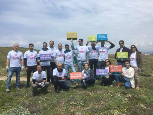 מתנדבים עם שלטים - צילמה סער שירן בחוף הבונים.jpg