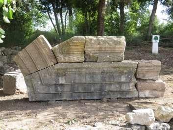 ברעם -פריטים אדריכליים מהאנטבלטורה מסודרים מול בית-הכנסת העתיק בגן לאומי ברעם.jpg