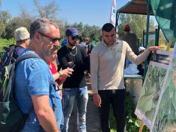 מתנדבי נחל בתור בתחנת המידע צילום האני שנאוי.jpg