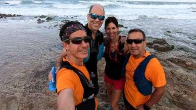 ארבעת הרצים בנקודת היציאה למסע בחוף אכזיב - צילום שלומי קדוש